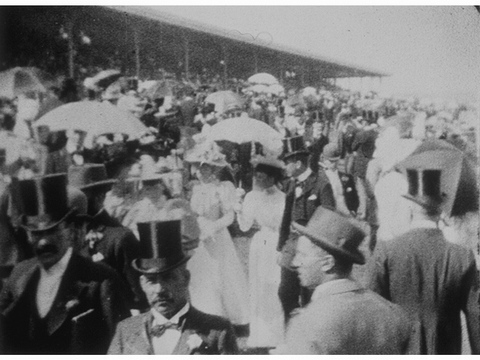 Fig. 21. La Foule (The Crowd), Black-and-white silent film, 48 seconds, Directed by Marius Sestier, Produced by Auguste and Louis Lumière (3 Nov. 1896, Melbourne) (Centre Nationale du Cinéma, Bibliothèque Nationale de France, Paris, Catalogue Lumière no 418)