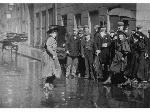 Fig. 22. Danseuses des rues, Londres (Street Dancers, London), Black-and-white silent film, 46 seconds, Director unknown, Produced by Auguste and Louis Lumière (20 Feb. 1896) (Centre Nationale du Cinéma, Bibliothèque Nationale de France, Paris, Catalogue Lumière no. 249)