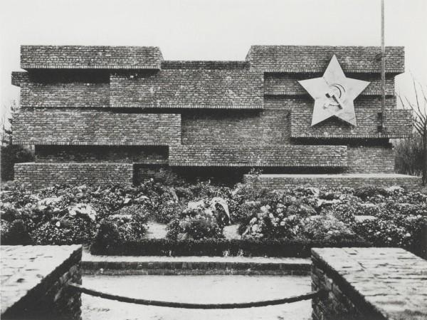 Fig. 5. Mies van der Rohe, Karl Liebknecht and Rosa Luxemburg Monumnet, 1926